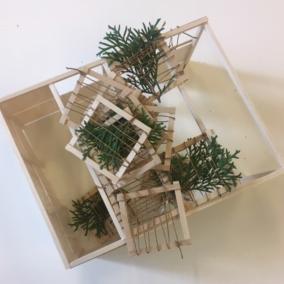 Sukkot - Święto Namiotów. Projekt kuczki, która powstanie przy Muzeum POLIN w 2019 roku (5780). Na zdjęciu: model namiotu na święto Sukkot, stworzony z drewnianych ramek, które oplecione są jasnym sznurkiem. Między linkami sznurka wplecione są zielone liście palmowe