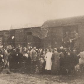 Żydzi z getta warszwskiego wywożeni do Treblinki