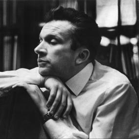 Wajnberg@100 - seria koncertów związanych z obchodami 100. rocznicy urodzin kompozytora. Na zdjęciu: portret siedzącego mężczyzny (Mieczysław Wajnberg), z głową opartą na dłoni. Zdjęcie czarno-białe.