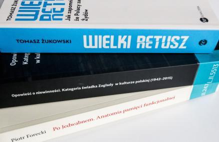 Opis: zdjęcie trzech książek widocznych od strony grzbietów, ułożone jedna na drugiej i rozłożone w wachlarz, spotkanie w ramach Czytelni POLIN w Muzeum POLIN