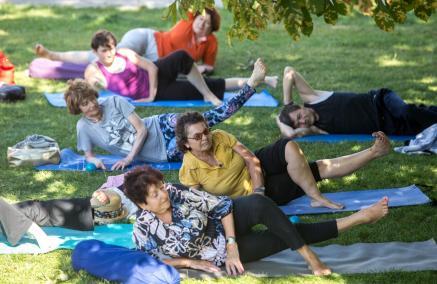 Zajęcia ruchowe dla seniorów na Łące Leśmiana przy Muzeum POLIN