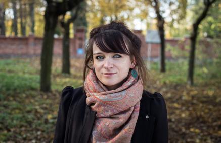 Nominowani do Nagrody POLIN 2019: Natalia Bartczak. Na zdjęciu Natalia Bartczak wśród drzew w okolicy cmentarza w Wińsku