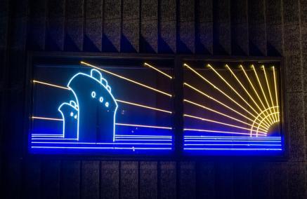 Neon przygotowany na wystawę