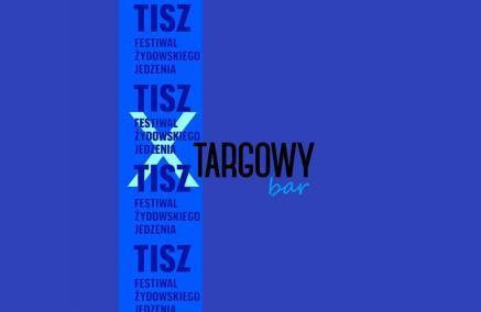 TISZ Śledź i tańcz! Grafika to niebieski prostokąt, wzdłuż któego na środku biegnie jaśniejszy pasek z napisem TISZ FESTIWAL ŻYDOWSKIEGO JEDZENIA. na środku paska jeszcze bardziej jasny niebieski duży X od którego zaczyna się napis czarnymi literami: Targowy