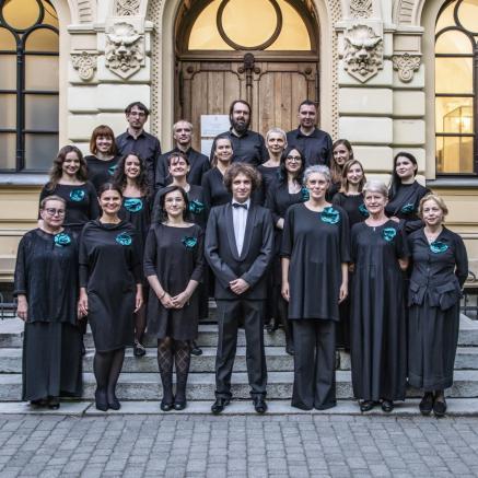 Chór Żydowski CLiL, Chórzyści i chórzystki wraz z dyrygentem stoją w czterech rzędach na schodach do budynku