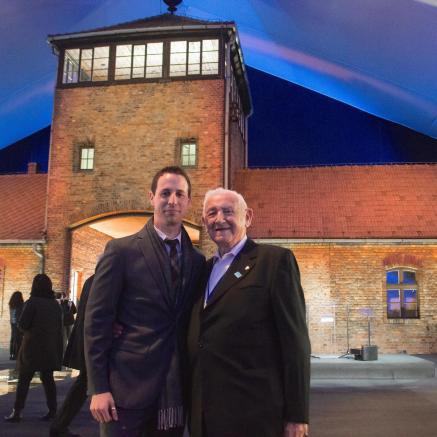 David Wiśnia z wnukiem Avim Wisnią przed bramą obozu śmierci Auschwitz-Birkenau