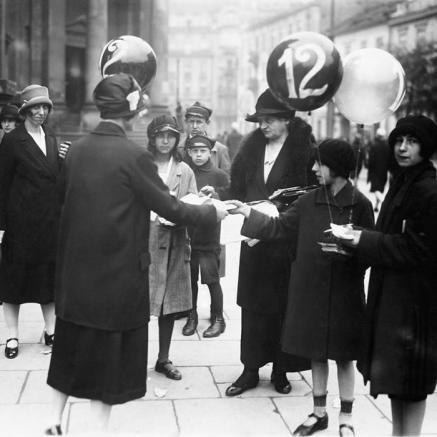 Kobiety agitujące w 1927 roku w dniu wyborów na pl. Trzech Krzyży w Warszawie