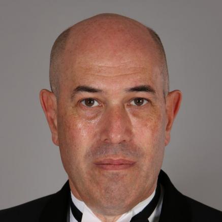 Mark Glanville - na zdjęciu widać Glanvilla w smokingu i białek koszuli z muszką.
