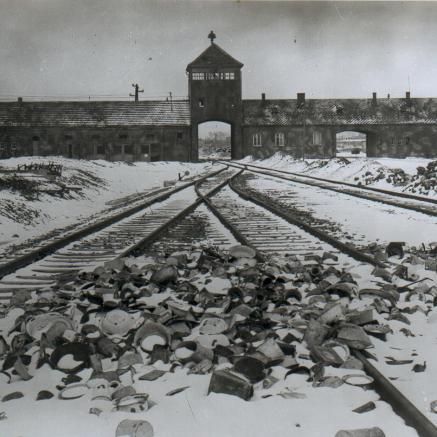 Brama główna i wartownia obozu Auschwitz II - zdjęcie archiwalne, czarno-białe