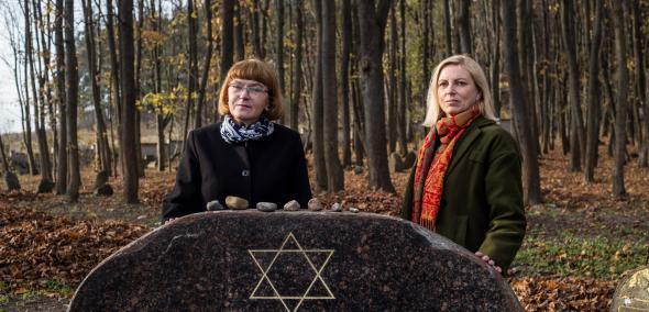 Nominowani do Nagrody POLIN 2019: Dorota Budzińska i Jolanta Konstańczuk. Na zdjęciu Dorota Budzińska i Jolanta Konstańczuk stoją za macewą na cmentarzu żydowskim.