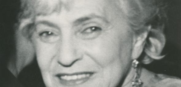 Ida Kamińska, Czarno-białe zdjęcie portretowe kobiety, patrzy przez ramię wprost, uśmiechnięta. Jasne włosy ma spięte z tyłu głowy