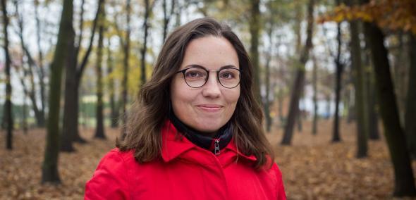 Nominowani do Nagrody POLIN 2019: Katarzyna Markusz. Na zdjęciu Katarzyna Markusz stoi wśród drzew w jesiennych kolorach.
