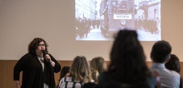 Jedno ze spotkań Wędrującego Uniwersytetu Muranowskiego - uczestnicy spotkania słuchają wykładu o Muranowie