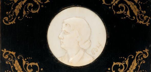 Medalion portretowy z kości słoniowej, oprawny w drewno. Na odwrocie dedykacja: