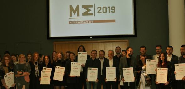 Laureaci Przeglądu Muzeum Widzialne 2019 na scenie, podczas gali rozdania nagród i wyróżnień