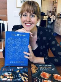 Na zdjęciu Leah Koenig, trzyma przed sobą najnowszą swoją książkę pt.