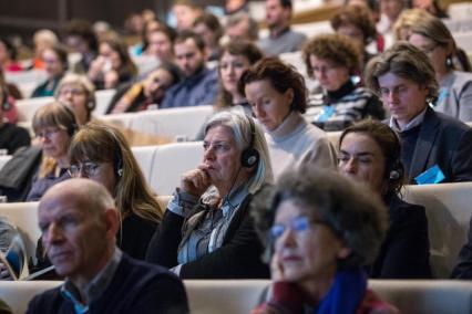 """Międzynarodowa konferencja dla nauczycielek i nauczycieli """"Polsko-żydowskie dziedzictwo Rzeczpospolitej. Wyzwania pamięci i edukacji."""", Na zdjęciu widownia sali wykładowej - na fotelach ustawionych w rzędach siedzą mężczyźni i kobiety, słuchając wykładu"""