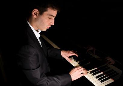 Marc Verter przy fortepianie.