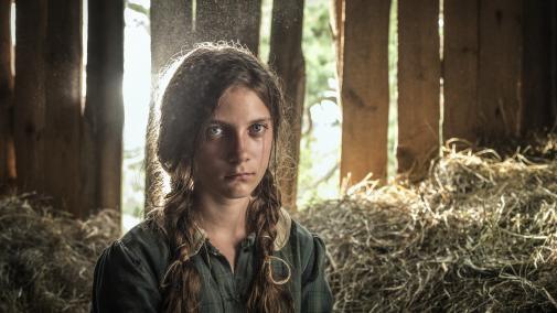 Mam na imię Sara, reżyseria Steven Oritt, USA, Polska 2019, 111 minut, dramat , Na zdjęciu: główna bohaterka filmu, siedzi w stodole na sianie