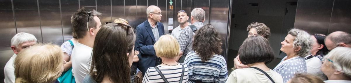 Prof. Dariusz Stola oprowadza klubowiczów po muzeum