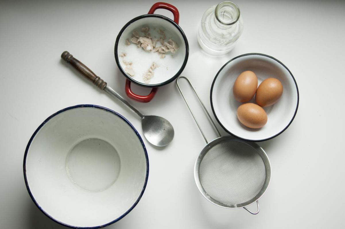 TISZ Festiwal Żydowskiego Jedzenia: DOM - program. Na zdjęciu: symbole tegorocznej edycji festiwalu - drożdże, jajka, mąka, z których robi się chałkę