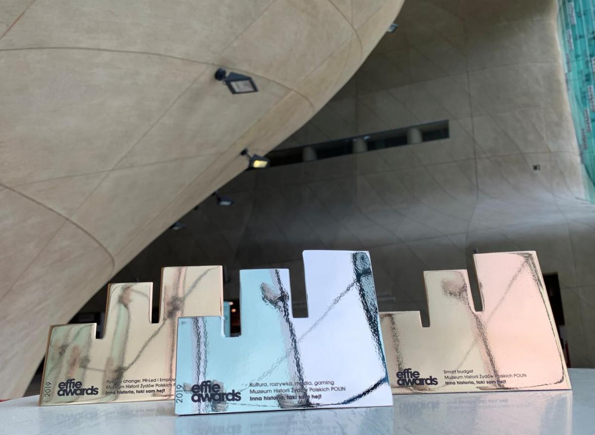 Effie Awards 2019. Na zdjęciu: w przestrzeni muzeum, na tle ścian z piaskowca, widać trzy statuetki Effie