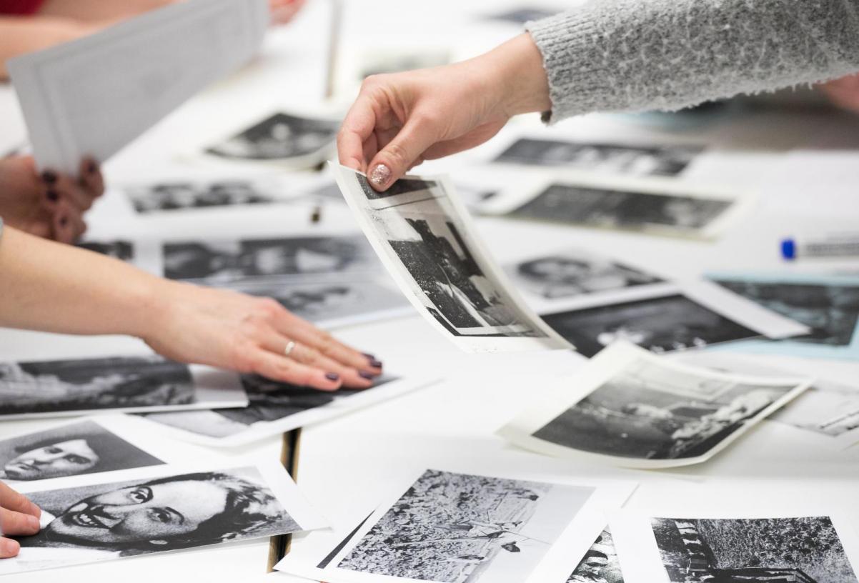 Warsztaty herstoryczne w Muzeum POLIN. Zdjęcie przedstawia stół z fotografiami, które są opracowywane podczas warsztatu