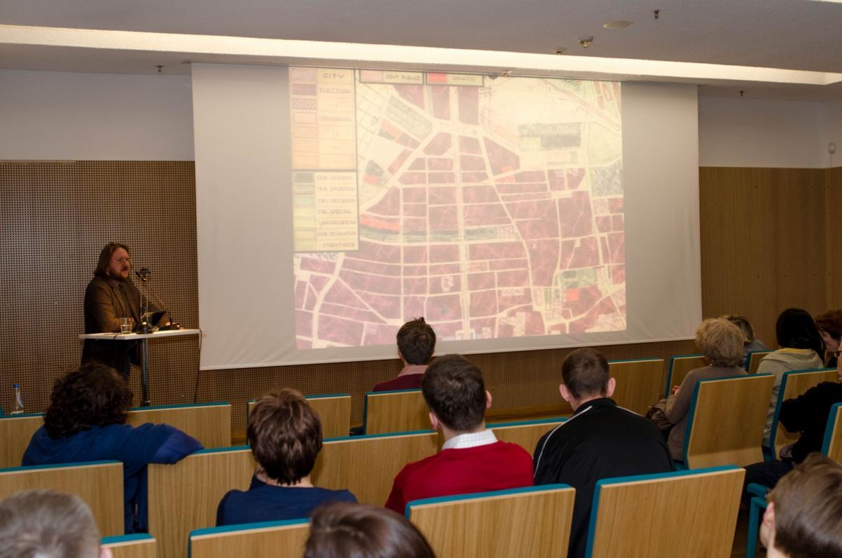 Paweł Weszpiński podczas wykładu